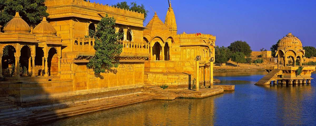 घडीसर घाट (Ghat along Gadi Sagar)